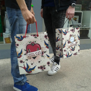 Grand Sac Cadeau Tattoo Hirondelles Anses Rouges ou Vertes
