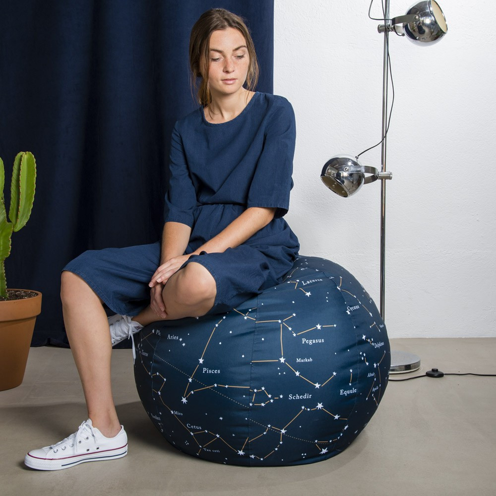 Pouf Constellations fille assise