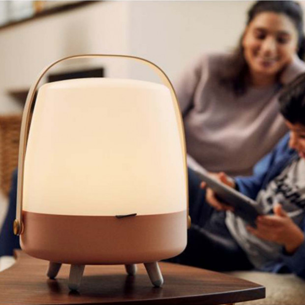 Lampe Enceinte Bluetooth Lite-up Play Lampe Enceinte Bluetooth Lite-up Play rose posée en famille